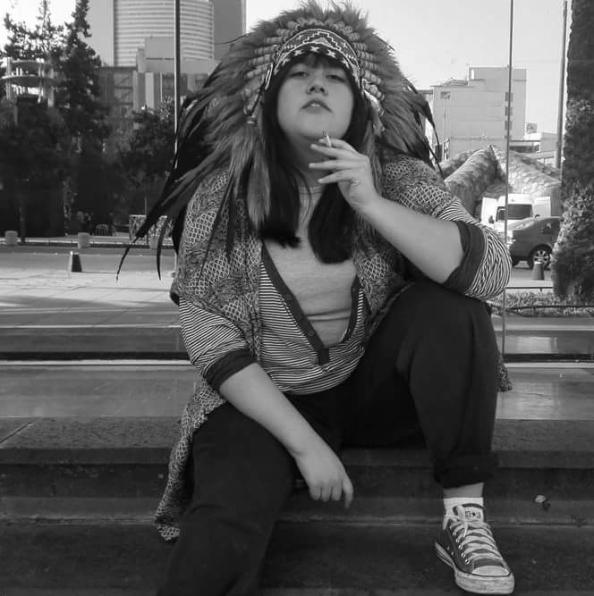 la ex-cedartiana fumando cerca al monumento a la revolución