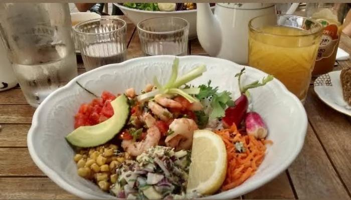 Plato delicioso de ensalada del mar